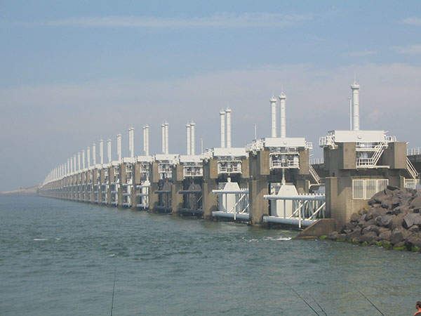 The Oosterschelde barrier / Eastern Scheldt storm surge barrier is the largest of the 13 dams which make up the Delta Works. Image courtesy of Vladimír Šiman.