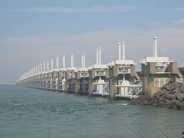 The Oosterschelde barrier / Eastern Scheldt storm surge barrier is the largest of the 13 dams which make up the Delta Works. Image courtesy of Vladimír Šiman.