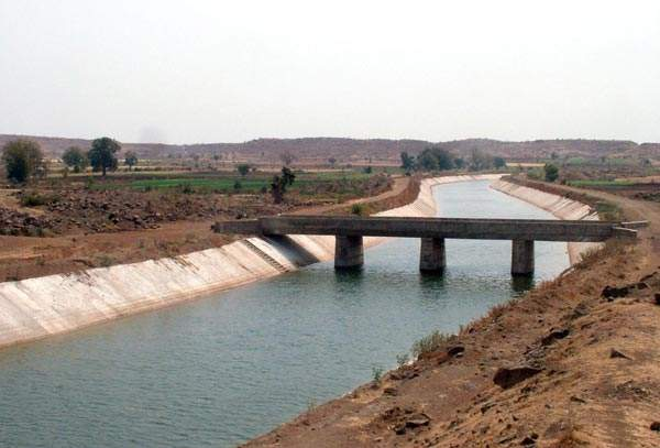 The Narmada Main Canal is the largest irrigation lined canal in the world, supplying water at a capacity of 1,133 cubic metres a second. Image courtesy of Nvvchar.
