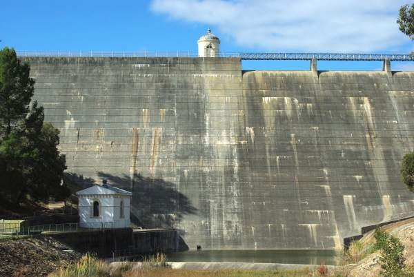 The outer wall of the Mundaring Weir. A third pump station (C Pump Station) was built below the weir. Image courtesy of SatuSuro.
