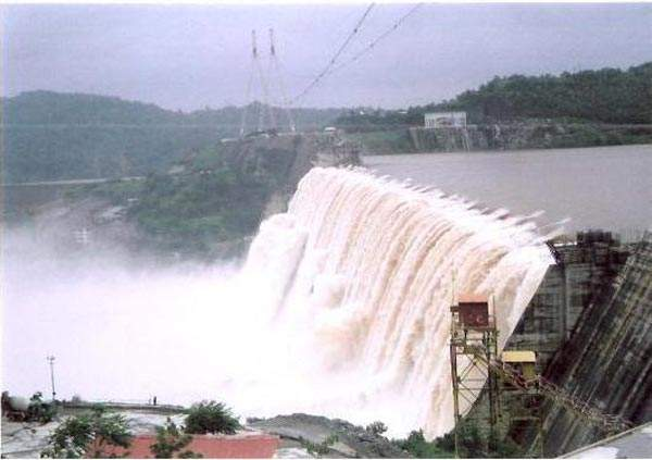 The Sardar Sarovar Dam and associated water infrastructure is expected to supply water for irrigation of 1.84 million hectares in Gujarat. Image courtesy of Nvvchar.