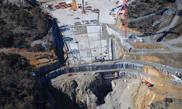 Up to 500,000t of concrete was used for the construction of the enlargement of the Cotter Dam.