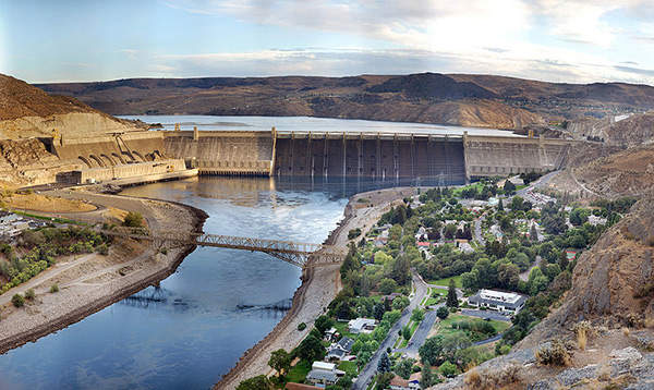 The dam creates a reservoir named Lake Roosevelt, which has the capacity to irrigate more than 670,000 acres of land. Image courtesy of Farwestern / Gregg M. Erickson.