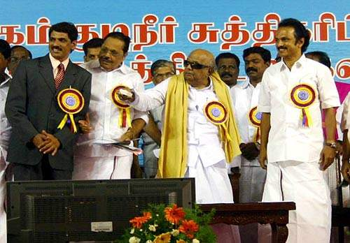 Tamil Nadu's Chief Minister, Dr. Kalaignar M Karunanidhi (centre) and other dignitaries at the new plant's  formal inauguration on 19 July 2007.