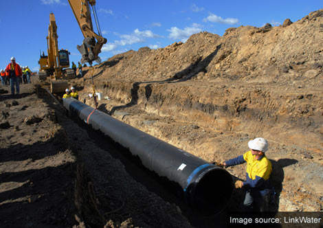 Toowoomba Pipeline team position the pipe to mark 60% of pipe in the ground.