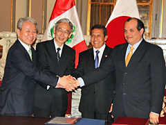 Peru Minister of Economy and Finance Luis Miguel Castilla on the extreme right and JICA president Akihiko Tanaka on the extreme left after signing the agreement.